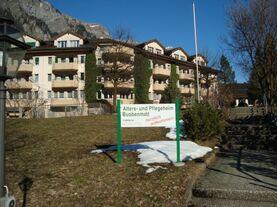 Bild Willkommenstafel mit Heim im Hintergrund