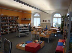 Bild des Raums mit Büchern und Sitzgelegenheiten